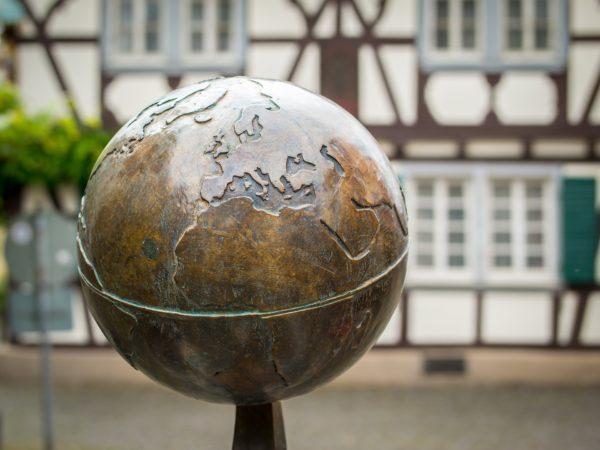 Globus - Bronze und Holz